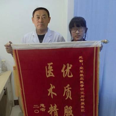 白癜风患者王同学康复后送锦旗向李志晶表达谢意